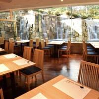 梅田スカイビル地下1階の好立地、眼前に広がる「中自然の森」で四季を体感