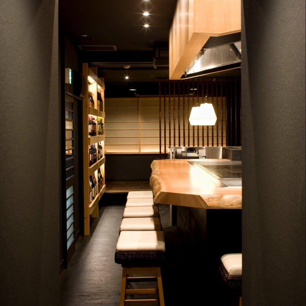 ライブ感を楽しめるカウンターや、各種宴会に最適な個室も魅力