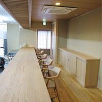祇園南側の名店立ち並ぶ一角に構える、静かで落ち着きのある空間