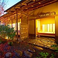 間近に山がせまる庭園をぬけると現れる、茶室を模した数寄屋造りの建物