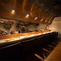 オープンキッチンの臨場感を愉しむ8席のカウンター