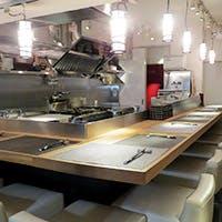 カウンター9席とテーブル1席の気軽に立ち寄れるバルスタイル割烹