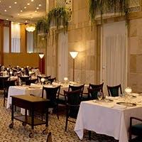半円形と高い天井に気品あふれ、ワインセラーも完備したフランス料理レストラン