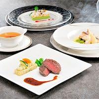リゾートの特色を活かした食材を選び、コース料理でご用意しております