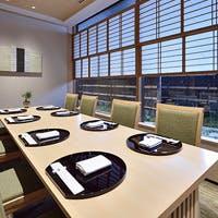 趣のある個室は7室 ホール席・カウンターとシーンに合わせてお席をお選び頂けます