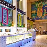 絵画が展示された豪華な空間