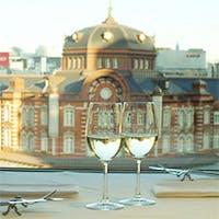 東京駅の駅舎を臨むレストラン
