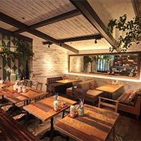 緑が豊富でアメリカ西海岸のヘルスコンシャスなレストランのよう オープンテラスも