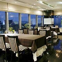 ホテルの最上階から見渡す横浜・都心の景色
