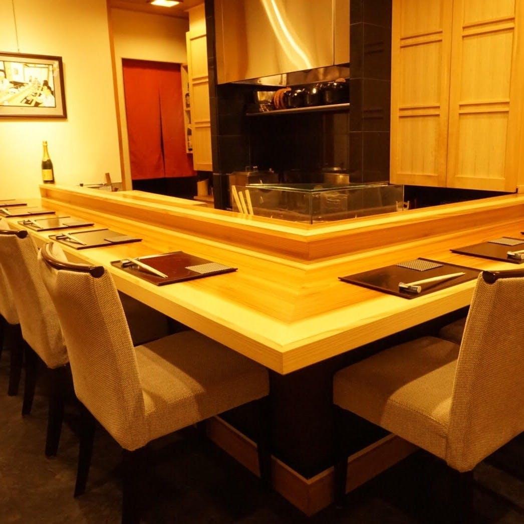 目の前でお料理が供されるカウンター10席と座敷4席の特等席
