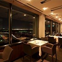 ホテル最上階だけに許されたロマンチックな空港の夜景