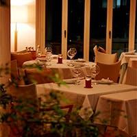 中庭の見えるレストランで優雅なひとときを