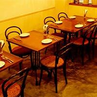 ゆとりを持った作りのカウンター席と最大10名まで利用できるテーブル席