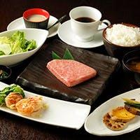 A5ランクの黒毛和牛ステーキと、広島から取り寄せる選りすぐりの海鮮
