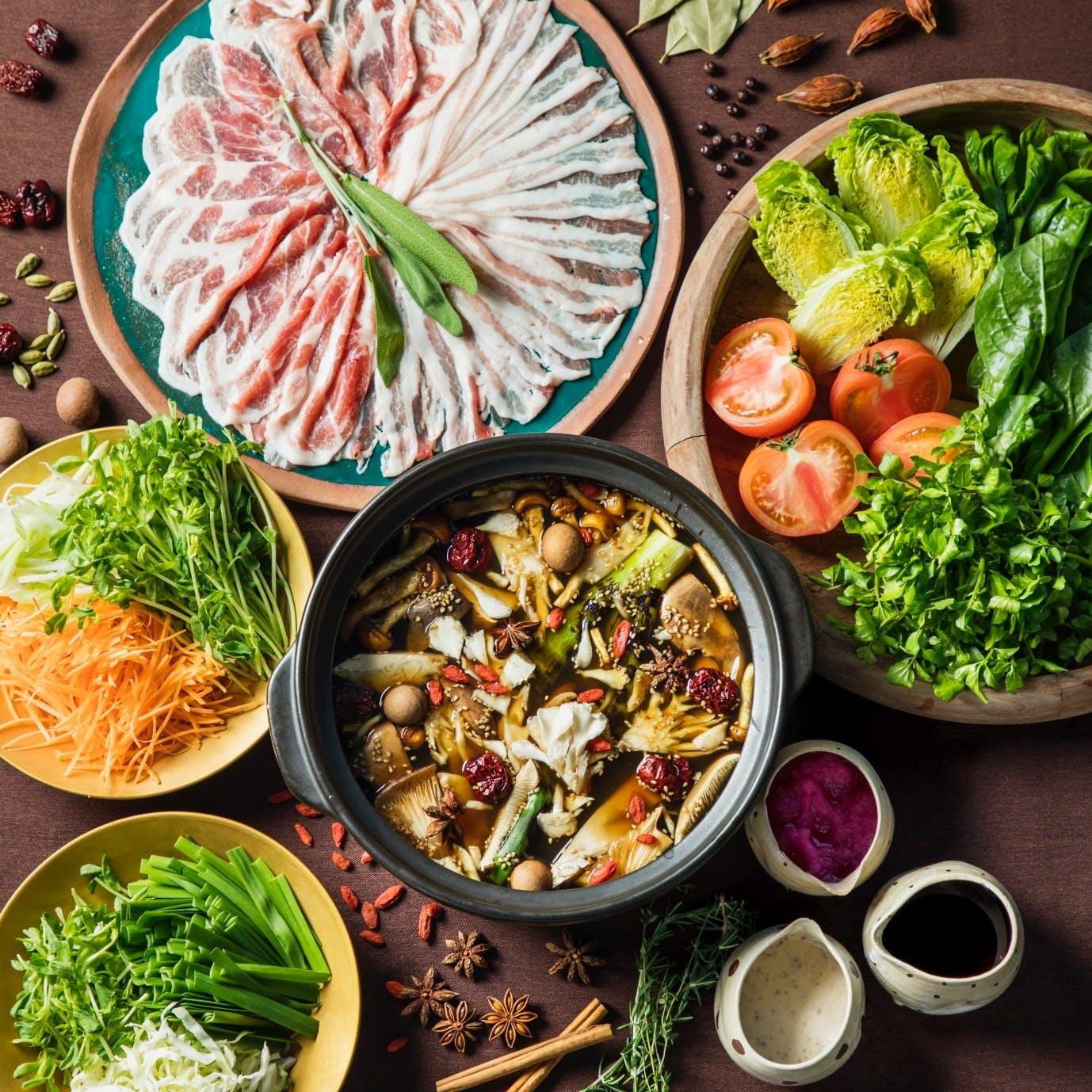 薬膳ブイヨン×漢方豚×野菜の「食労寿鍋(くろすなべ)」