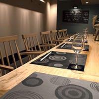 一枚板のカウンターとテーブルで構成されるシンプルな店内 洗練された上質な空間