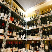 100種以上のワインが自由に選べる圧巻のワインセラー