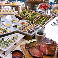 ローストビーフやブイヤベース、ライブでのシェフパフォーマンスなどバラエティ溢れた料理