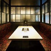 大正モダンな造りで開放的なガラス張りのテーブル席と完全個室完備