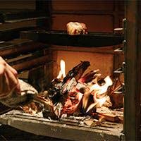 遠赤外線効果のある薪火で、一気に焼いた旨味たっぷりのステーキ