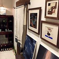 絵画や器、骨董などをレイアウトした、贅沢な時間が流れるお店