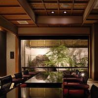 日本家屋の伝統とモダンな雰囲気を醸し出す空間