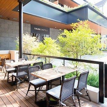 都心に居ながら緑に囲まれた開放的なテラス席を完備
