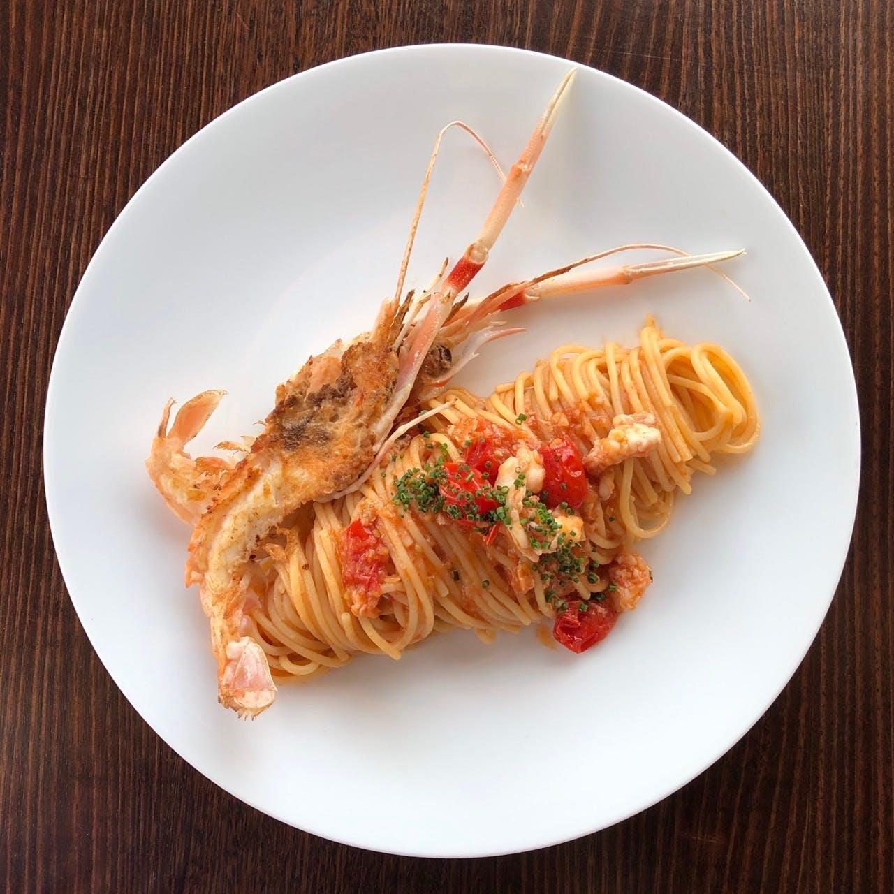 こだわりが詰まった「スパゲッティーニ スカンピ チェリートマト」を召し上がれ
