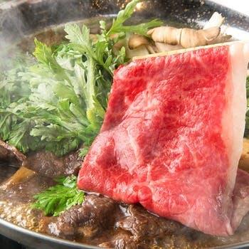 出汁からこだわる鍋料理は大人気。A5黒毛和牛を使用したすきやきは絶品。