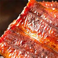 新鮮な鰻を蒸さずに香ばしく焼く「地焼き」と素材を活かす甘辛い濃厚な「秘伝のたれ」