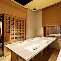 伝統的な日本の雰囲気と和モダンでスタイリッシュな店のつくり