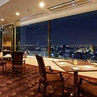 ホテル最上階のダイナミックな夜景