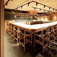 ケヤキの長テーブル、木のパッチワーク、和紙の襖、温かみある空間をお楽しみください