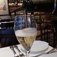ワインはフランスを中心に、グラスで40種類以上、ボトルで500種類以上取り揃え