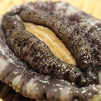 A5ランクの国産黒毛和牛、生簀から活きたまま調理する新鮮魚介を贅沢に