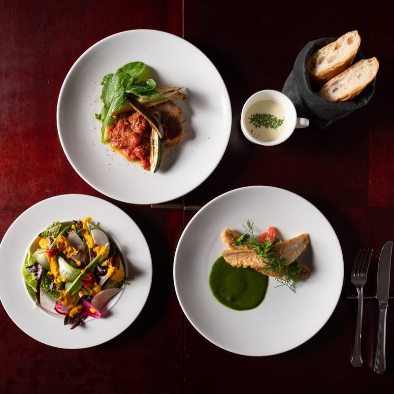 【LUNCH COURSE】前菜2種、選べるメインなど全4品PRIX FIXE COURSE+カフェフリー