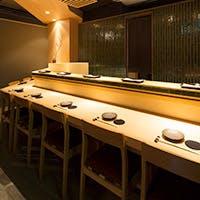 ゆったりとしたカウンター席と落ち着いた雰囲気の個室