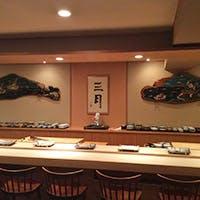 清々しい白木のカウンター 職人との会話も寿司を愉しむ醍醐味