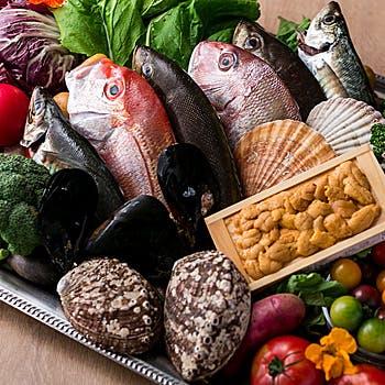 市場から届く「新鮮な魚介類」×「立川野菜」×「世界各国のワイン」
