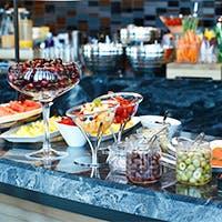 品数豊富なフルブッフェは、新鮮な野菜からパティシエによるデザートまで全50種類