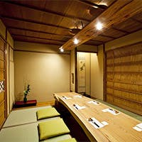 特等席は、カウンター、ゆったりと寛げる個室も完備。暖かな空間で過ごす贅沢なひと時