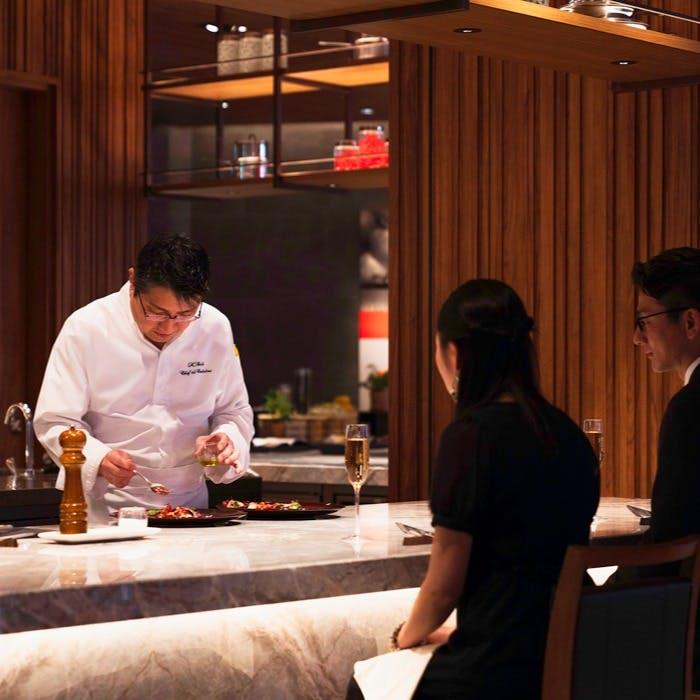 臨場感溢れるライブキッチンの特別席、シェフズカウンターで楽しむコース料理