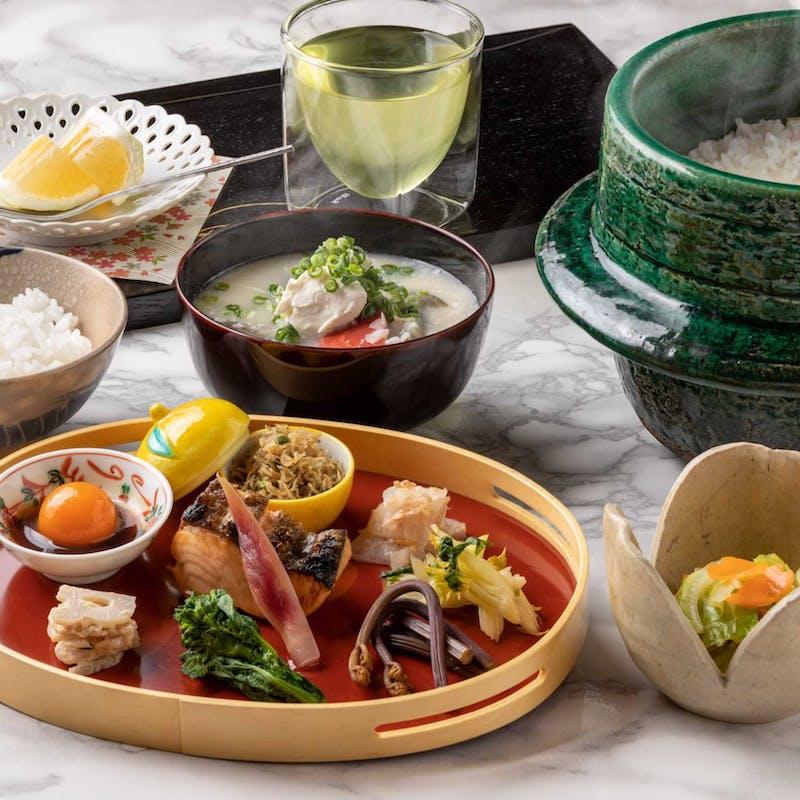土鍋で炊き上げた白ご飯、季節の焼き魚、白みそ仕立ての豚汁など