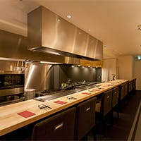 鉄板焼の醍醐味であるライブ感を愉しむカウンターと秘密の個室も魅力
