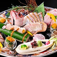 漁港直送の鮮度のいい魚介類をふんだんに盛り込んだお料理でおもてなし