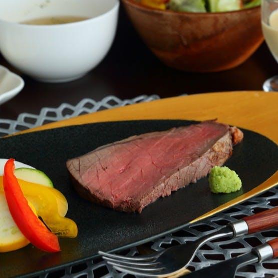 厳選した食材を使ったお料理と豊富なワインをお楽しみください