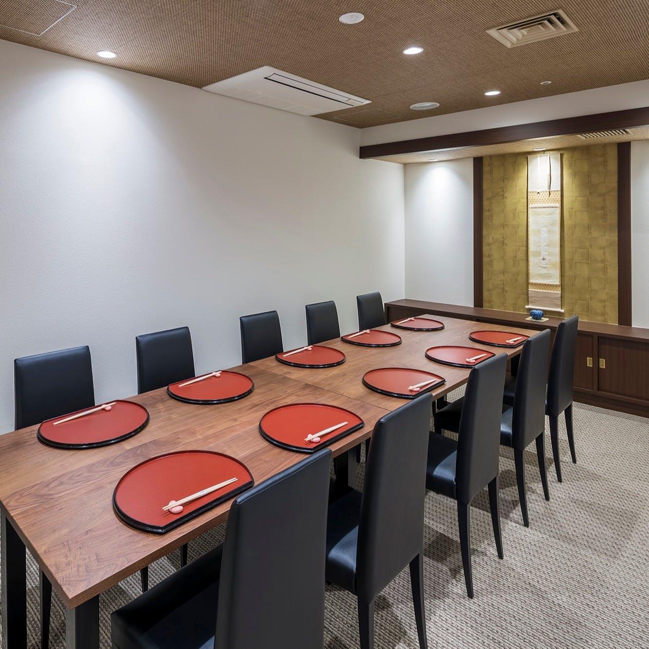 お顔合わせや家族でのお集りに最適な個室をご用意しております。