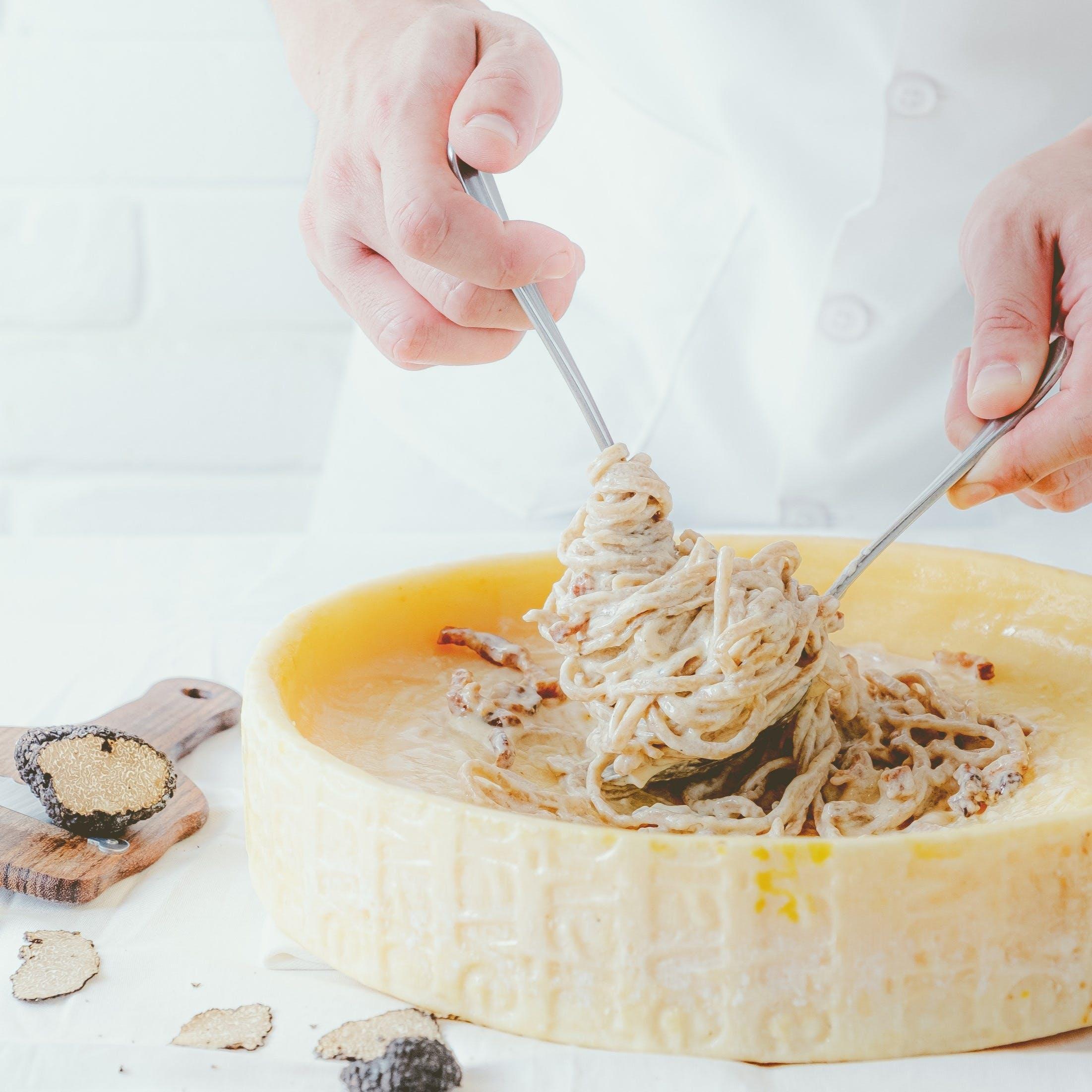 一番人気!目の前で仕上げる、トリュフと熟成ベーコンのカルボナーラピアーヴェチーズ