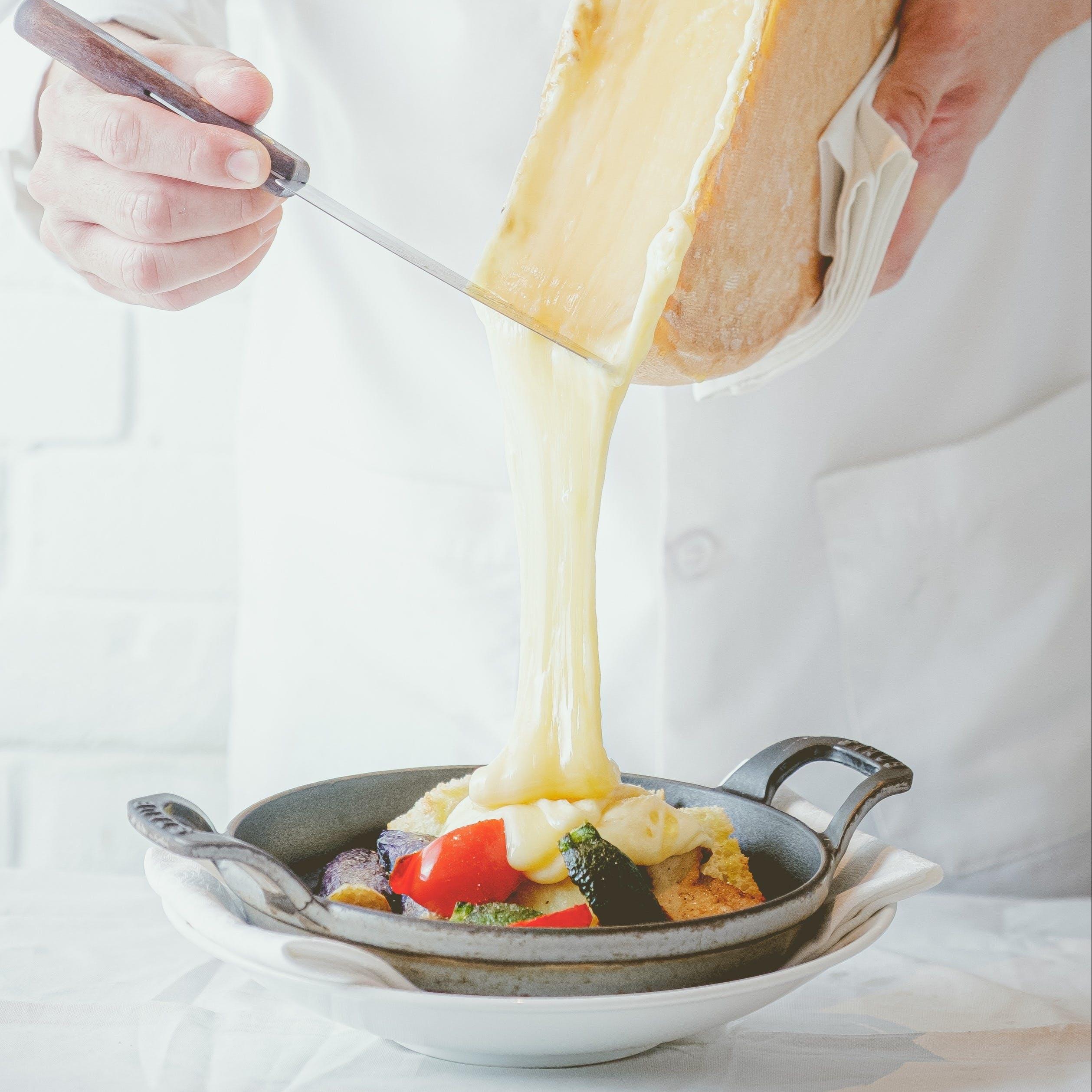 カシーナ名物料理ラクレット とろとろに溶かしたチーズをお野菜やお肉にかけます