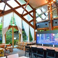 自然に包まれる開放的なレストラン